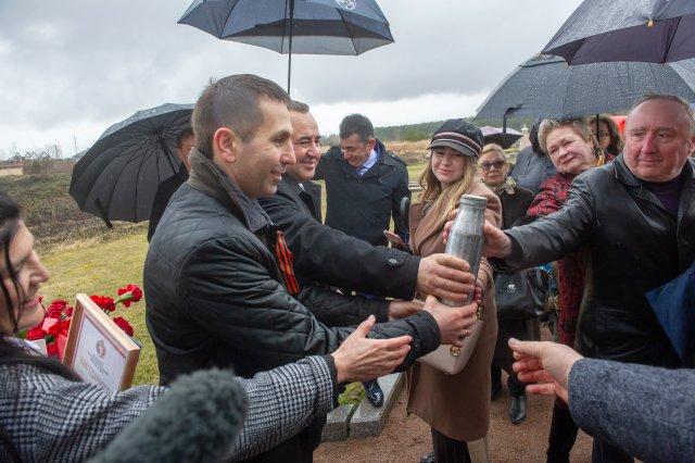 Капсулу с родной землей заложили на памятнике амурчанам, погибшим на Невском пятачке