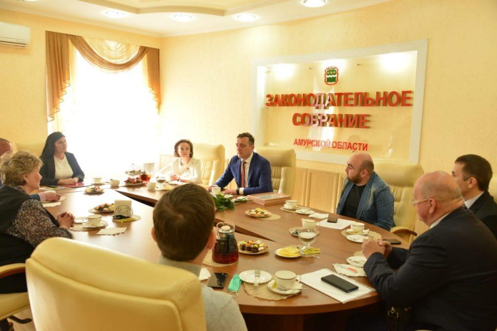Председатель Законодательного Собрания Вячеслав Логинов провел встречу с членами Общественной палаты Амурской области