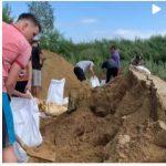Амурские спортсмены вновь строят дамбу, спасая село Владимировка от наводнения